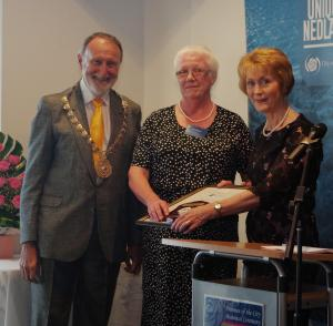 Governor Kerry Sanderson presents Sue Morey OAM with Freeman of the City award.